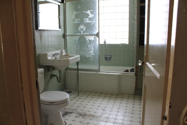 1915 Bungalow bathroom